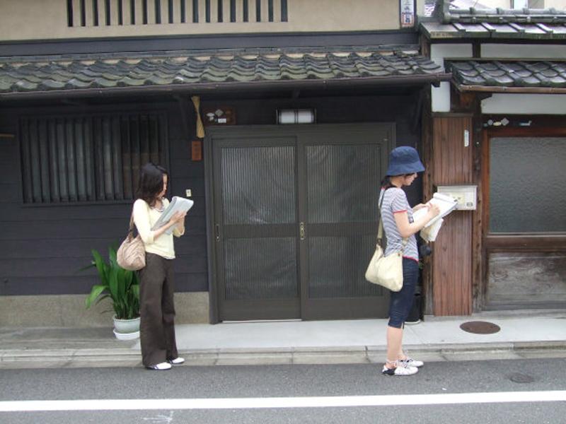 キャプション:とにかく街を歩き、感じたことを書いてもらう「経路歩行実験」の様子。私は知らない街を訪れたときは、いつも記録用紙とペンを携えて歩く