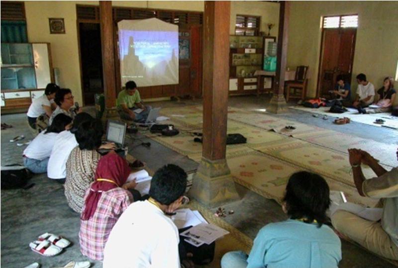 2004年からガジャマダ大学の研究室とInternational Field School on Borobudur Saujana(cultural landscape) Heritage を始めました。ボロブドゥール寺院遺跡(インドネシア)周辺の、地域コミュニティから始まった景観むけたまちづくり活動との共催の活動です。