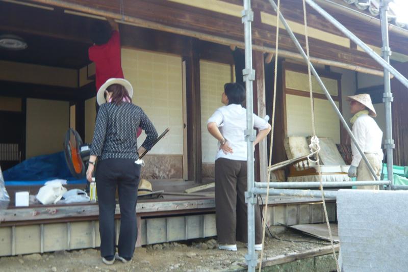 国内でもCultural Landscape Field Schoolを開催しています。建物の応急補修等の実作業と、座学・議論を組み合わせたプログラムを実験的に行っています。開催地のコミュニティも講師として主催参画していただいています。写真は熊野古道山間部に残る、南方熊楠に縁のある建物の壁補修。